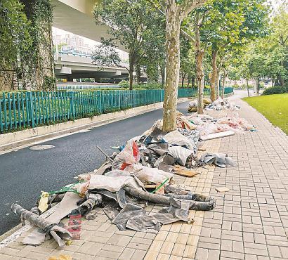 7月18日清晨偷倒在小区门口的建筑垃圾。