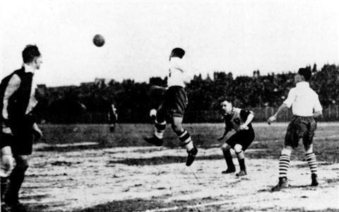 上世纪30年代,一场由上海各大学的足球精锐组成的东华足球队与西商队(英侨商人)比赛中,东华队以6:2大胜。  资料图片