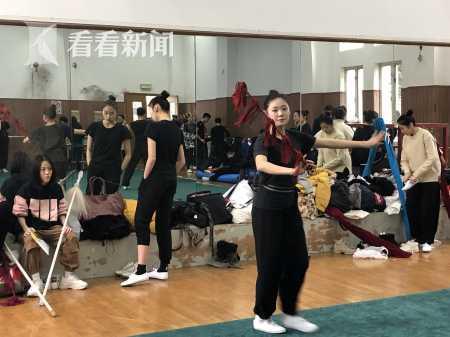来到候考室,考生们就忙着热身练功、吊嗓子,为考试做准备。