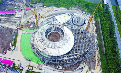 昨天,随着桁架间补缺杆安装及焊接工作完成,上海天文馆(上海科技馆分馆)用钢量达2000多吨的大悬挑结构完成了整体卸载施工。本报记者 张驰 摄