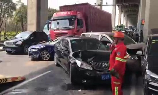 图说:闵浦大桥发生多车相撞事故 来源/网友提供
