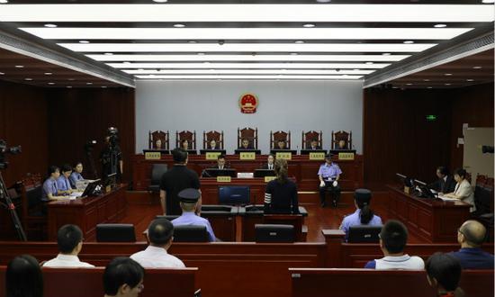 图说:全国首例金融专家陪审证券类犯罪案件在上海二中院开庭。施蕾、郑秀昊 摄(下同)