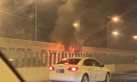 嘉闵高架西侧面包车着火 消防迅速扑救未造成人员伤亡