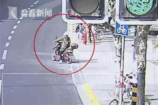 视频:钟点工行窃后将赃物扔进绿化带 不料被人捡走
