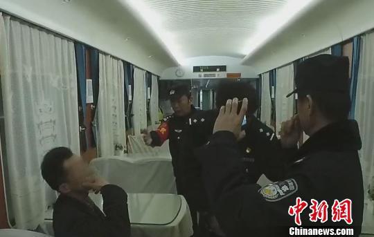 五旬男子列车上霸铺拒补票:你们让我上了车 我就要坐