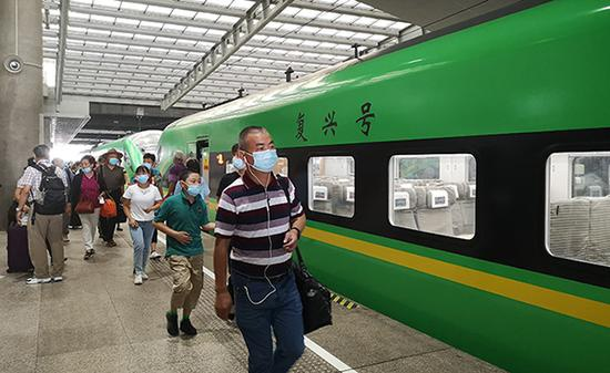 2020年7月25日,上海南站,旅客们走向D771次列车车厢。澎湃新闻见习记者 陈少颖 图