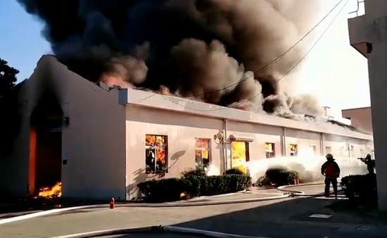 金山一医用器材公司突发大火 屋顶被烧穿物品付之一炬