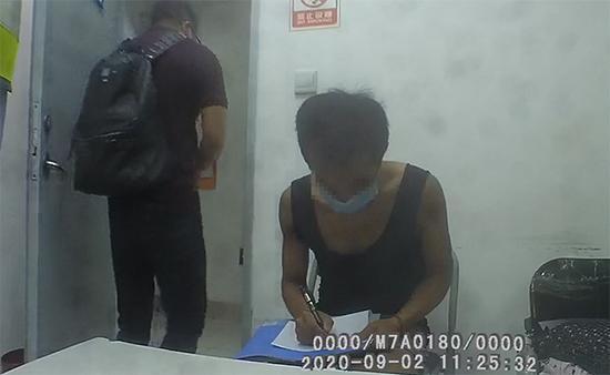 男子在上海地铁内连续碰瓷被刑拘 两周被厕所门撞伤3次