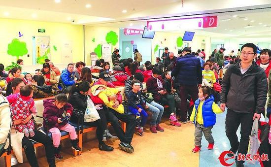 图说:上海市儿童医院泸定路院区,候诊区内满是来看病的孩子和家长 新民晚报记者 王凯 摄