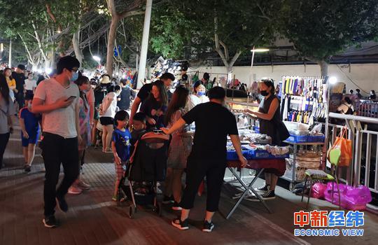 6月2日晚,郑州健康路夜市热闹非凡。中新经纬 摄