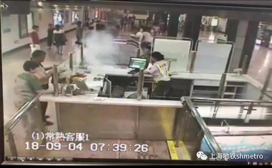2018年9月4日,上海地铁1号线常熟路站,一名乘客的手机突然冒烟。 本文图片均由 上海地铁 供图