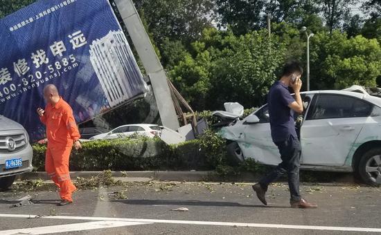 图说:白色车辆受损严重