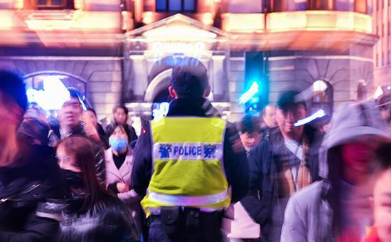 跨年夜,上海外滩迎来大量游客,民警维持秩序。本文图片均为上海黄浦警方提供