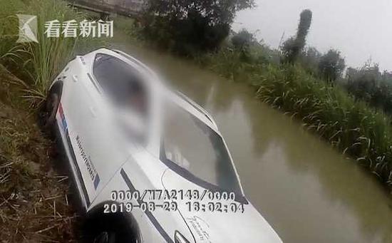 醉酒须眉驾车掉控冲入河道 平易近警参预救助却被拒
