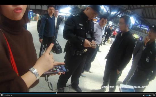 图说:杨某(右二)在苏州火车站被群众抓个正着。铁路苏州站派出所 提供