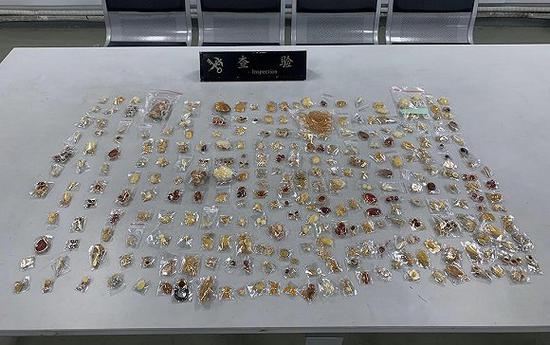 上海浦东机场海关查获走私琥珀、蜜蜡制饰品共880件