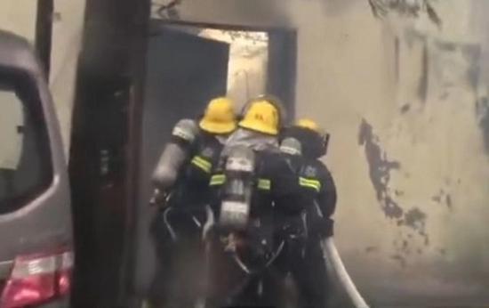 图说:民居雨中失火,消防救出两个烧黑的液化气钢瓶 来源/消防部门