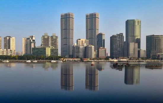 """星港国际中心的主体塔楼从上到下逐渐收紧、外观酷似""""中国鼎""""。"""