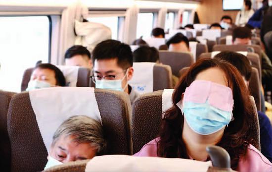 京沪高铁设静音车厢首日一票难求 耳机、震动档成标配