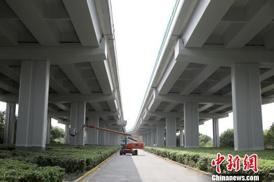 """上海虹桥枢纽""""一纵两横""""高架涂装整治工程将完工。 供图"""
