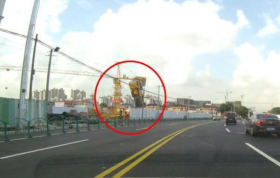 闵行区银都路上一工地吊车翻车 事故中无人员伤亡