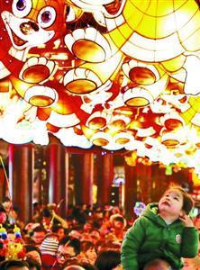 沪阴雨天难挡出游热 迪士尼最长排队时间超3小时