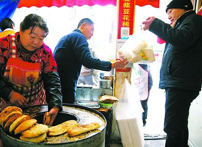 """曾经人们只能在路边摊购买""""四大金刚"""",实施早餐工程以后,标准化早餐正成为一种新的选择。 邵剑平 摄(资料)"""