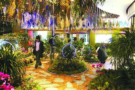 """新年伊始,淮海路一商家在店堂内打造""""梦幻花园"""",吸引消费者。   本报记者 邵剑平 摄"""