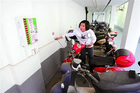 延中社区建有电动车安全充电屋。图为居民正在安全充电屋里为电动车充电。 本报记者 蒋迪雯 摄