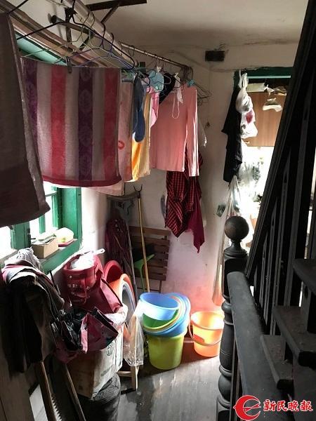 图说:楼道内堆积着的各种家具和物品 新民晚报记者 徐驰摄
