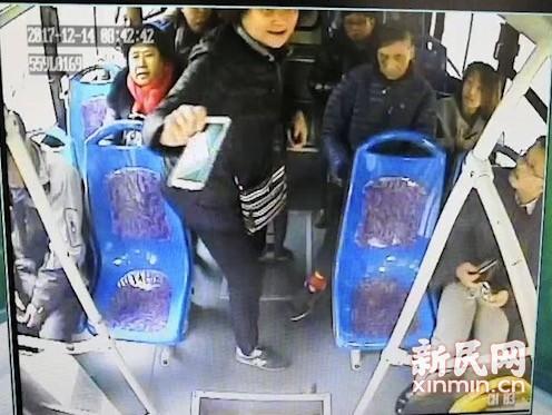 老人早高峰突然昏迷 公交司机请警车开道合力送医