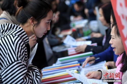图说:招聘会现场在洽谈的双方。中新社记者 李进红 摄