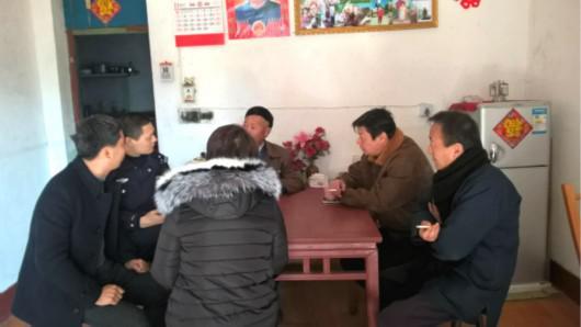 图说:被亲生父母过养给他人44年,在民警帮助下,徐女士终于与亲人团聚。青浦公安提供
