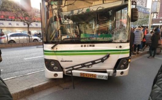 一辆公交车行驶过程中突然失控,撞击骑车人 市民供图