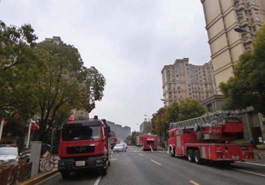视频:宝山一小区房屋起火浓烟滚滚 被指有群租嫌疑