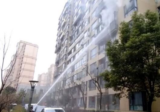 宝山中环一号小区突发火情 玻璃被烧爆屋内漆黑一片