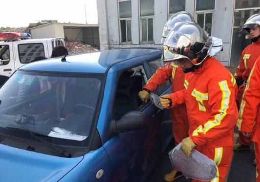 图片说明:消防队员破窗救人 图源:闵行公安提供