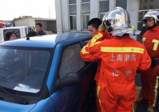 图片说明:消防队员及时赶到现场 图源:闵行公安提供