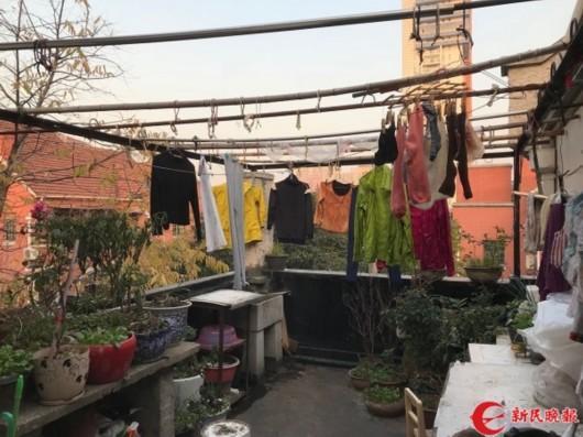 图说:疑似租客晾晒的衣物 新民晚报记者 徐驰摄