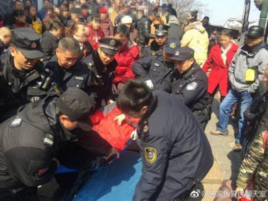 老伯不慎踏空摔倒 青浦一民警疏散人群紧急救援