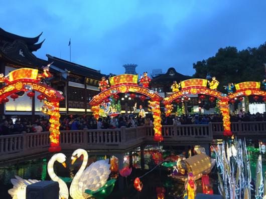 元宵节当晚6时许,豫园商城内已聚集了大量游客。
