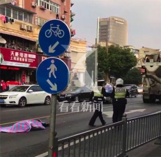 记者了解到:搅拌车司机已被警方带走,事故过程尚在进一步调查处置中。