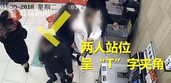2男子T字夹角式站位偷手机 过程仅十秒受害者毫无察觉