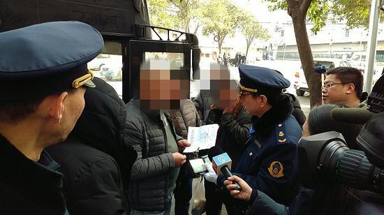 图说:多部门联合执法查处现场 来源/上海市交通委执法总队供图(下同)