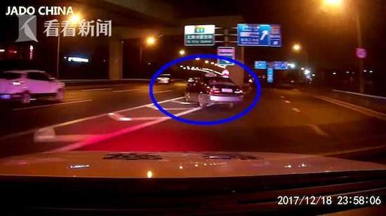 克隆车司机高架违停遇执法 逃逸撞车被处两次拘留