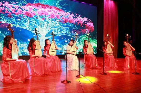 上经贸大附校琵琶社团展演。