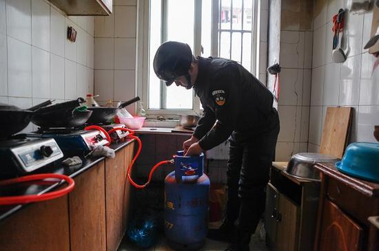 图说:工作人员在收缴液化气钢瓶 来源/颛桥镇供图