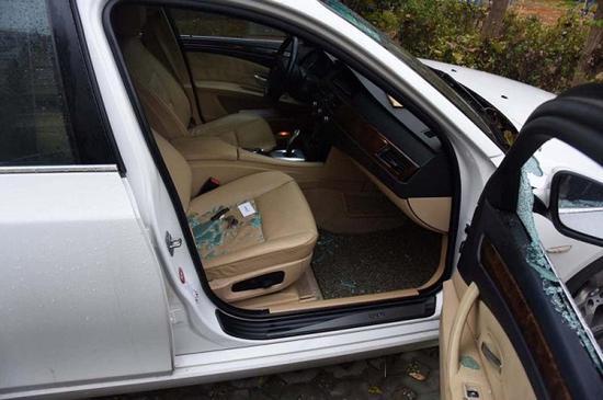 图说:机动车玻璃被砸、车内财物被盗 来源/崇明警方供图