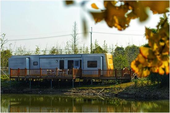 图说:太仓白玉兰房车露营地内的固定式房车 来源/上海交运巴士供图