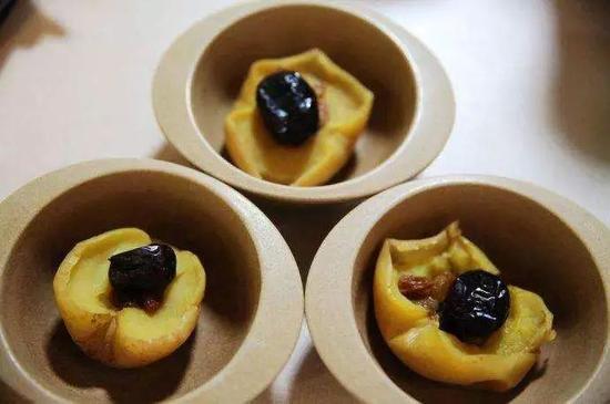 苹果蒸着吃,其中的果胶煮过以后,有收敛、止泻的功效,并且更易消化。